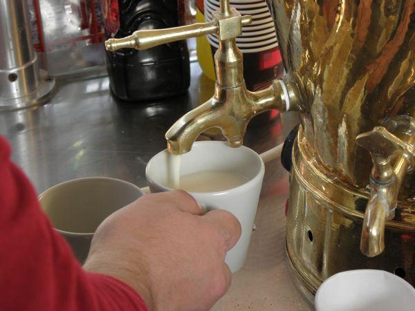 Sahlep into the cup